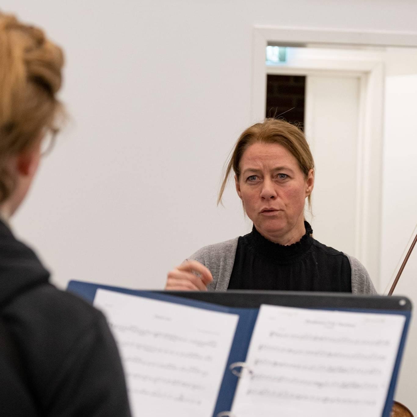 Berit gjør ikke forskjell på folk, hun er alltid nysgjerrig og ser alltid etter det beste i dem hun jobber med. Derfor blir prosjektene hennes morsomme og engasjerende. Det sier kunstnerisk leder i Vinterfestspill i Bergstaden. Foto: Trine Lysholm Hagan.