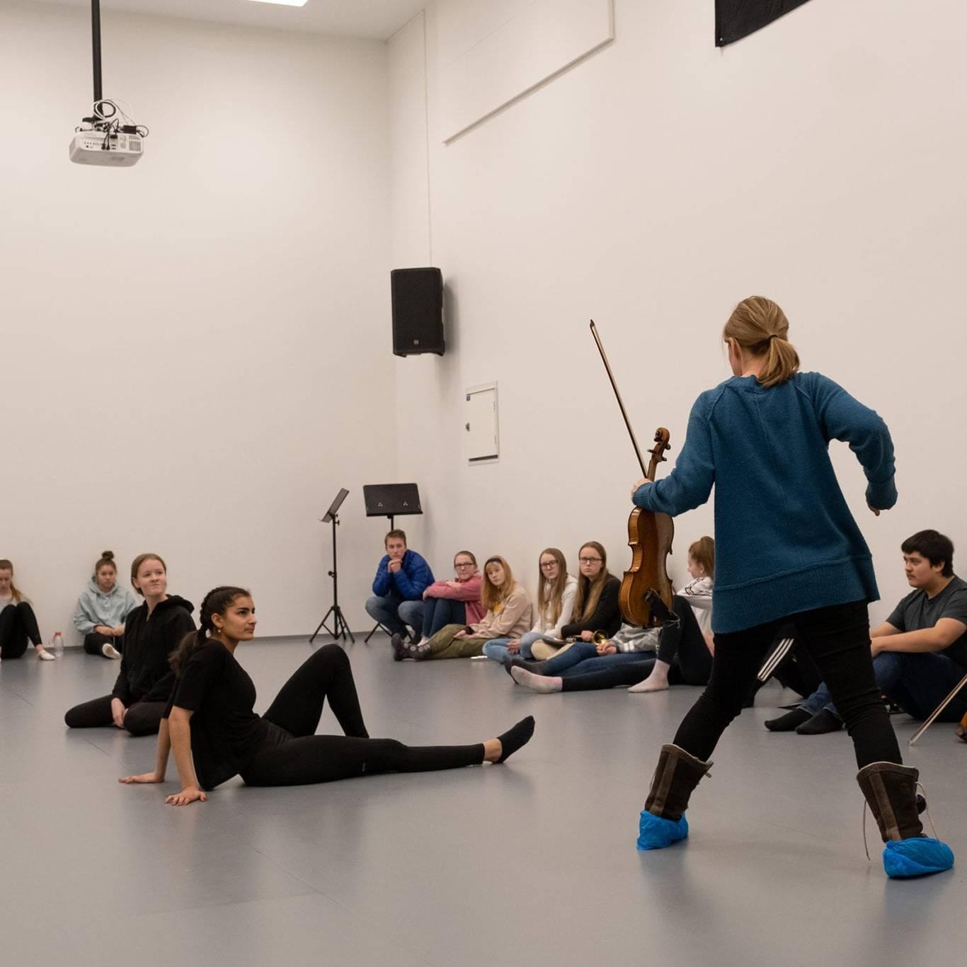 Med innlevelse instruerer Berit Værnes Cardas danserne Kornelia Sundberg og Martine Støholen fra Tynset. Foto: Trine Lysholm Hagan.