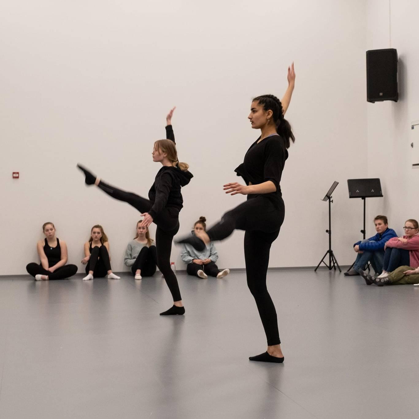 Danserne Kornelia Sundberg og Martine Støholen tar turen fra Tynset til Røros for å være med på forestillingen Storveis Underveis. Foto: Trine Lysholm Hagan.