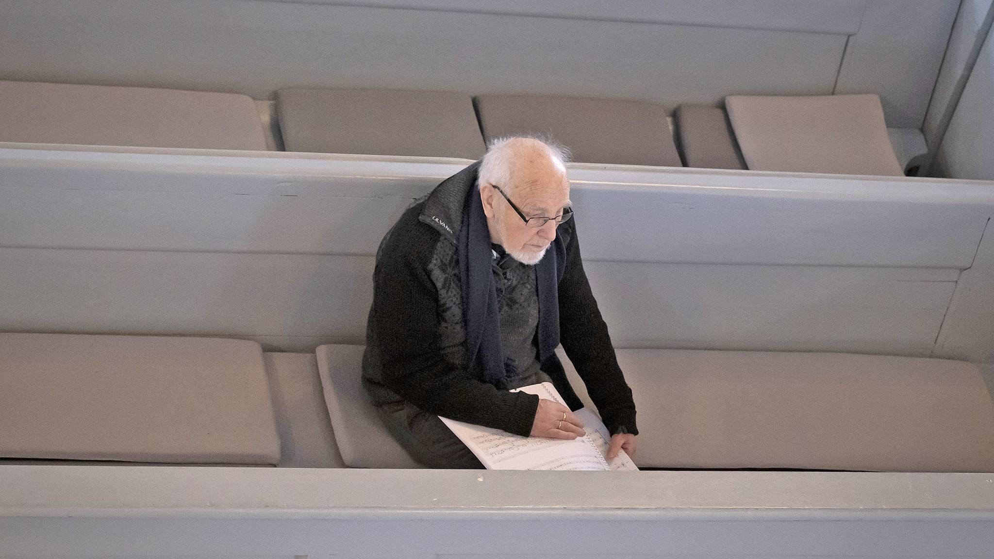Eiliv Grue har bearbeidet Falkberget-tekster, som har dannet grunnlaget for Plagges nye kammeropera. Han fulgte ivrig med under øvingen i februar. Foto: Kurt Näslund.