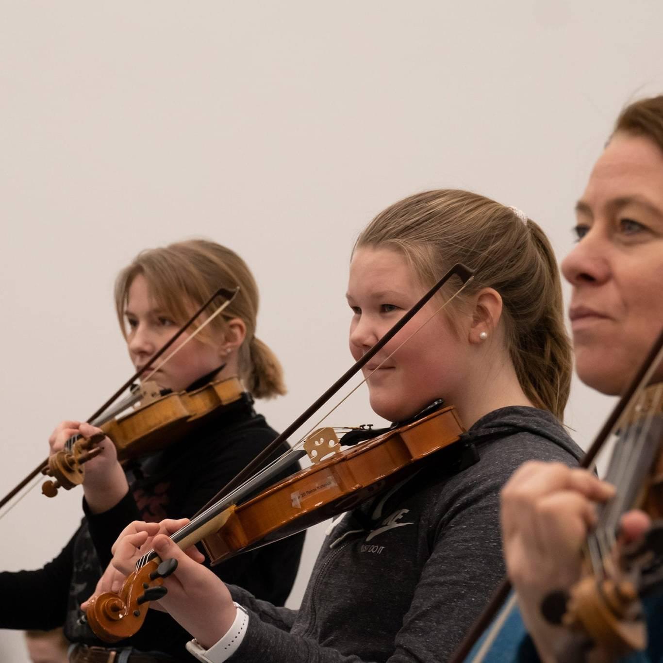 Strykerne fra kulturskolene i regionen får litt ekstra utbytte av undervisningen til den erfarne fiolinisten Berit Værnes Cardas. F.v. Selma Knudsen Gullikstad og Hanne Schjølberg fra Røros. Værnes Cardas helt til høyre. Foto: Trine Lysholm Hagan.