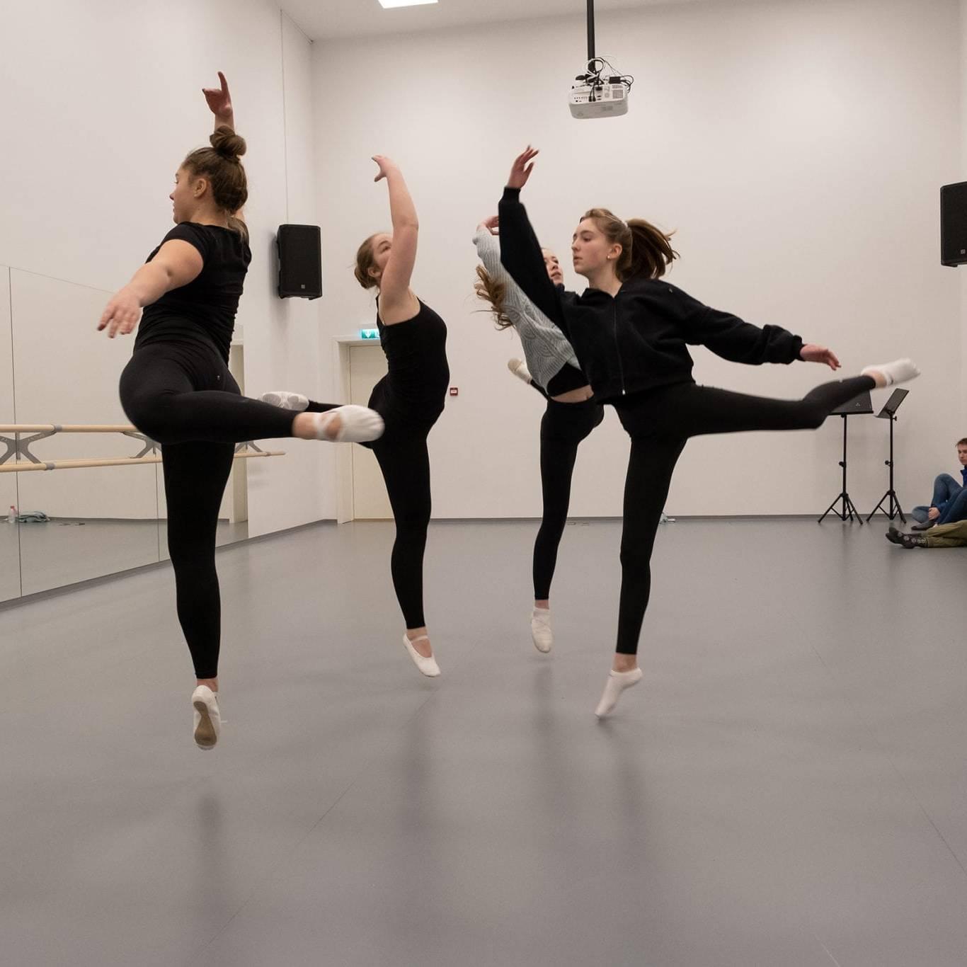 Ballettgruppa Supra er de eldste ballettelevene ved Røros kulturskole. Foto: Trine Lysholm Hagan.