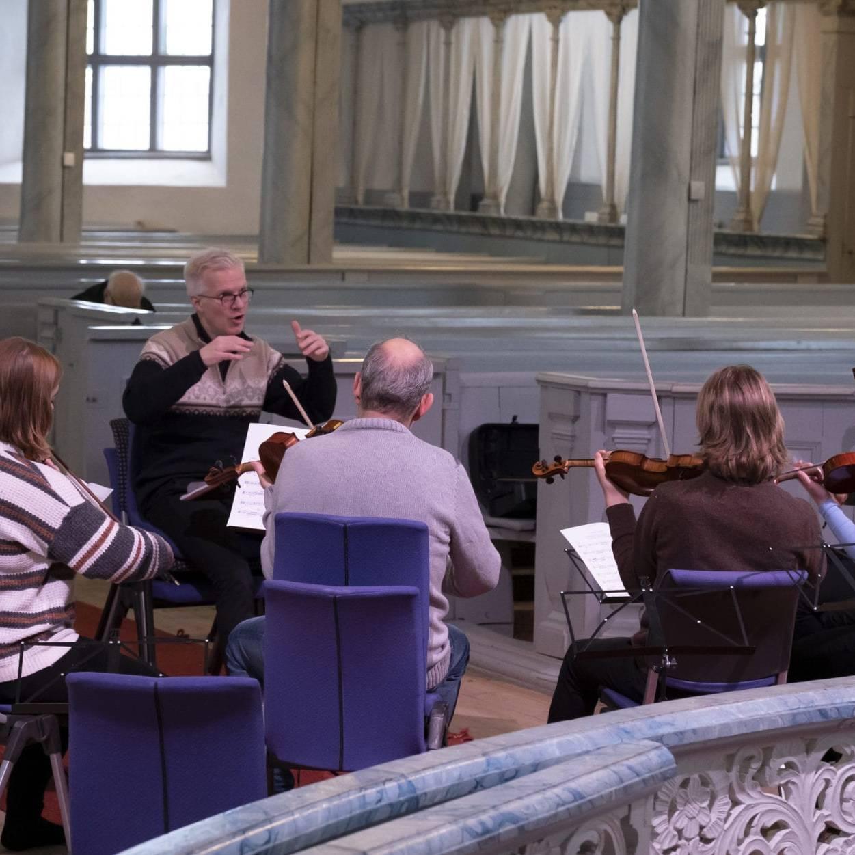 Konstknekt framfører musikken under Kølfogden kammeropera. Her fra øvingen i Røros kirke, under ledelse av Øyvind Gimse. Foto: Kurt Näslund.